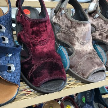 Shoe S 5321 N Clark